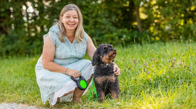 Kandidiert als Frau Gemeindeammann von Ammerswil: Katharina Engeler (54) mit ihrem Hund Leo. (Fabio Baranzini)