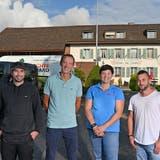 (v.l.) David Richard (Früchte Rychard), Matthias Amsler (Chäsegge), Nicole Schneider (Metzgerei Schneider) und Raphael Sutter (Dorado Café) auf dem Parkplatz des Restaurants Jurablick in Gretzenbach. Hierhin liefern sie bestellte Produkte. (Bruno Kissling)