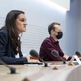 «Angriffsbomber»: Marionna Schlatter (l.) spricht an der Medienkonferenz zur Lancierung der Initiative «StopF-35». (Keystone)