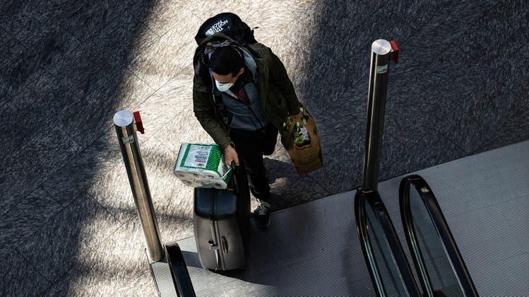 Er ist wieder zuhause: Reisender am Flughafen Zürich. (Pascal Meier / Unsplash)
