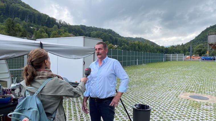 Dave Huser ist als erster Gast am wiedereröffneten Durchgangsplatz Holchen inWittinsburg ein gefragter Mann. (Bojan Stula)