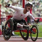 Marcel Hug holt sich in Tokio seine zweite Goldmedaille. (Bild: Keystone)