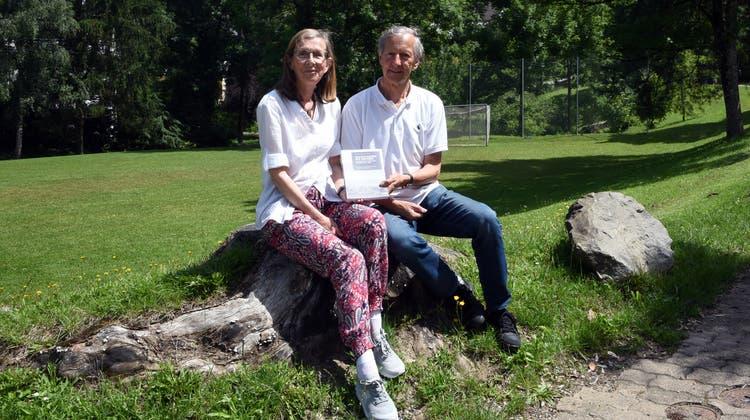 Christine und Rolf Werner mit ihrem neuen Buch. (Zvg / Affolter Anzeiger)