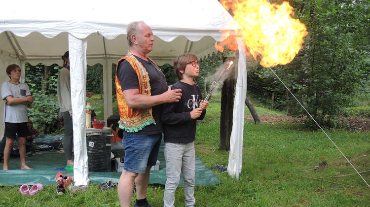 Artistischer Leiter Thomy Widmer mit Emil (11) beim Fakirstand. (Carla Honold / Aargauer Zeitung)
