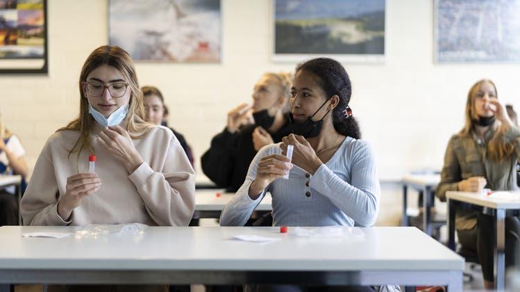 Fehlende Spucktests: Aargauischer Lehrerverband fordert Maskenpflicht an Schulen nach den Ferien