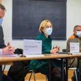Gesundheitsdirektorin Susanne  Schaffner mit Kantonsarzt Lukas Fenner bei der Orientierung über die Eröffnung der Impfzentren. (Tom Ulrich)