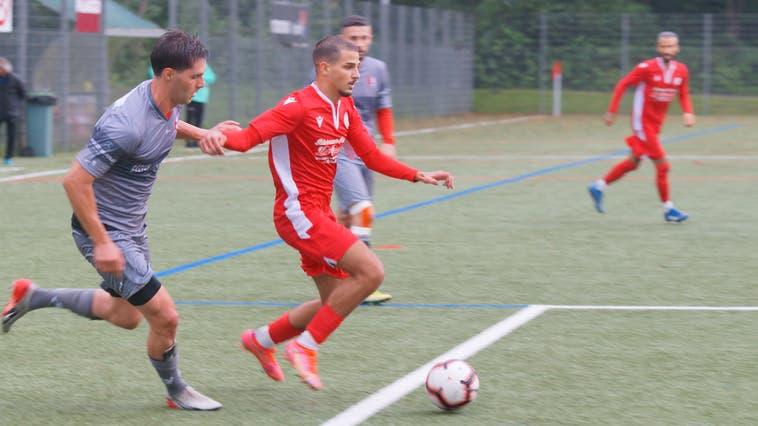 Verstärkung für die Dietiker Defensive: Stefan Stamenkovic (rotes Dress) kam von 2.-Ligist YF Juventus II. (Bild: Ruedi Burkart)