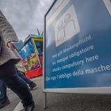 2020 fand in Luzern eine stark reduzierte Chilbi mit Maskenpflicht beim Hotel Schweizerhof statt. (Bild: Pius Amrein  (Luzern, 6. Oktober 2020))