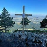 Kreuz mit Aussicht: Bis Freitag sollen sich die unbekannten Schöpfer laut Plakat melden. (zvg)