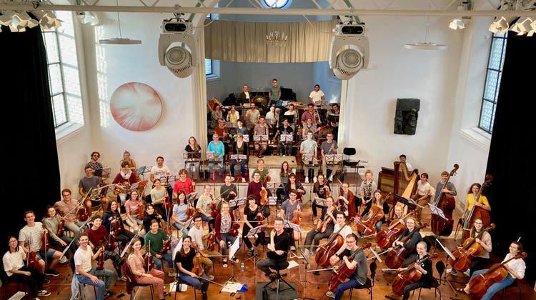Dirigent Hugo Bollschweilerübt mit 69 jungen Musikerinnen und Musikern ein Konzert mit «Treibstoff». (zVg)