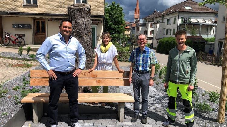 Die neue Sitzbank beim Friedhofparkplatz wurde Walter Germann zu seiner Pensionierung gewidmet. (Bild: PD)