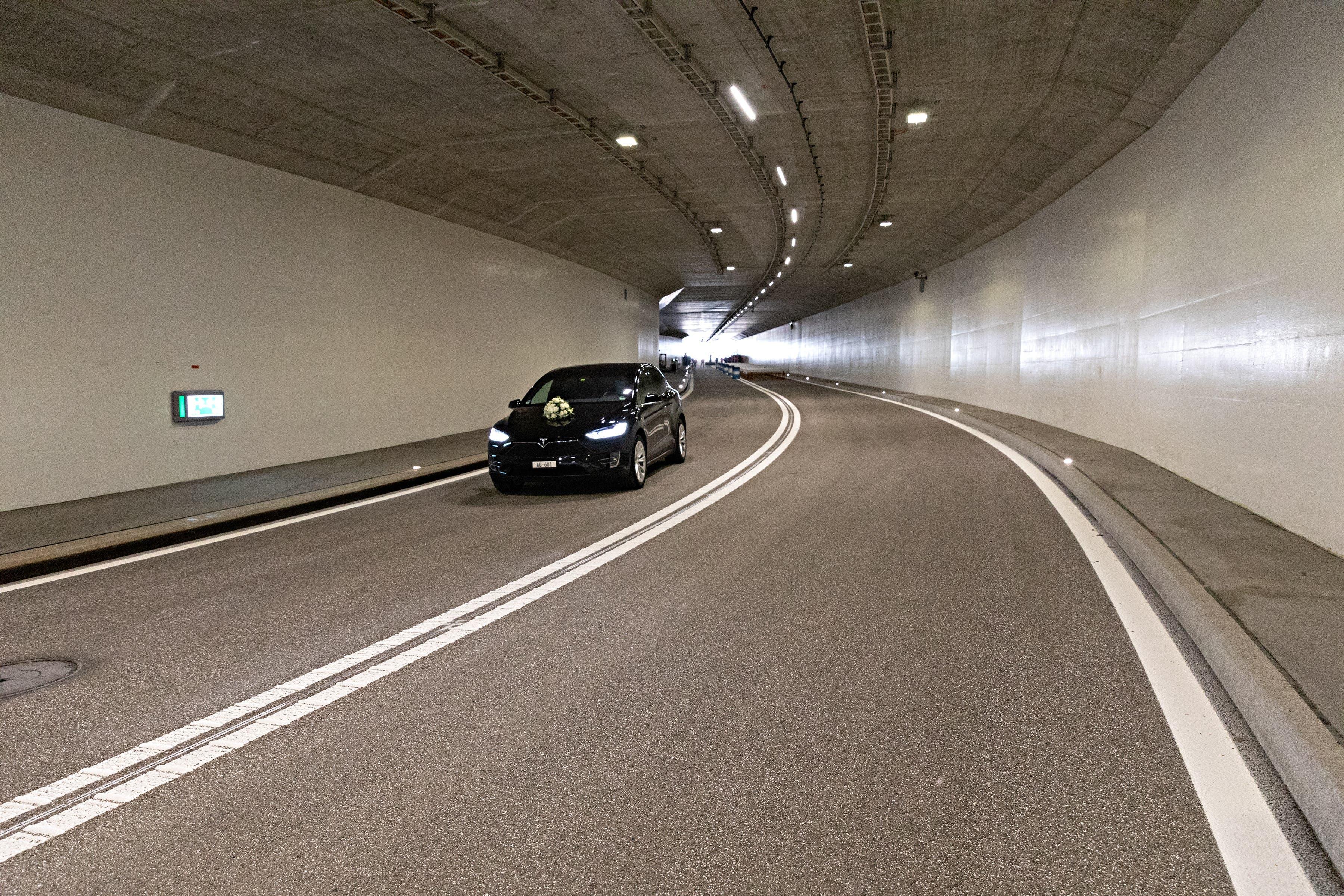 Eröffnungsfahrt durch den Tunnel.