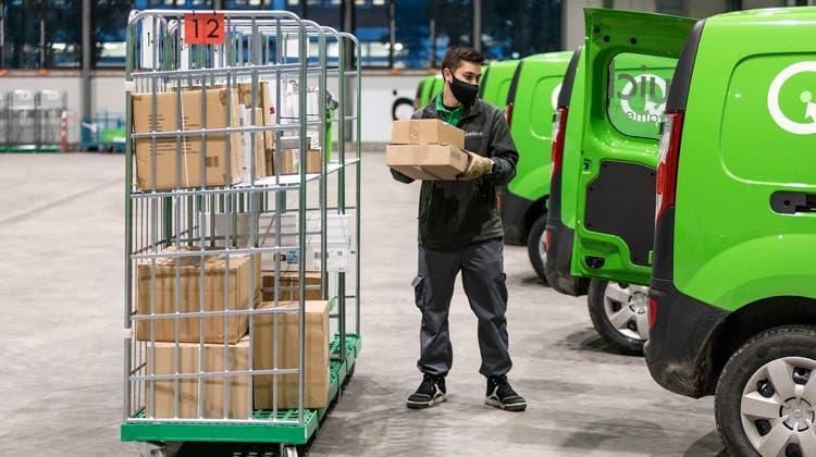 Der St.Galler Paketlieferdienst Quickpac hat im November 2020 ein neues Depot in  Dietikon eröffnet. Ein Zusteller belädt sein E-Fahrzeug. (Sandra Ardizzone/LTA)