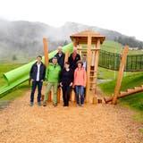Der Verwaltungsrat der Ortsgemeinde eröffnet mit Berghaus-Wirtin Sandra Dobler (vorne 2. von rechts) den Kinderspielplatz. (Bild: Hansruedi Rohrer)