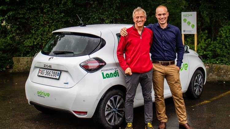 Bei der Einweihung strahlen Vater und Sohn um die Wette: Roni Brunner (l.) und Samuel Brunner, Geschäftsführer der «edrive carsharing AG». (Rahel Künzler)