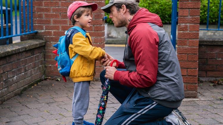 Den Weg in die Krippe gehen Vater John (James Norton) und Sohn Michael (Daniel Lamont) immer zu Fuss. (Bild: Filmcoopi)