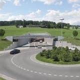 Visualisierung der Umfahrung Sins mit dem neuen Kreisel Süd und dem Eingang in den 912 Meter langen Tunnel südwestlich des Ortes – der Tunnel wird im September eröffnet. (Visualisierung Bvu / AGR)