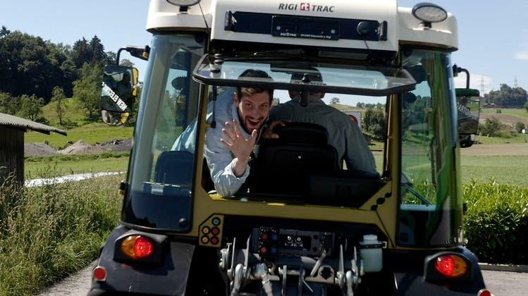 Dominik Widmer geniesst die Fahrt im speziellen Gefährt. (Bild: 3+)