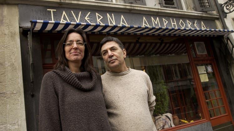 Das Restaurant Taverna Amphora Solothurn mit Wirteehepaar Regula und Stytianos Charamanda im Jahr 2004. (Hanspeter Bärtschi)