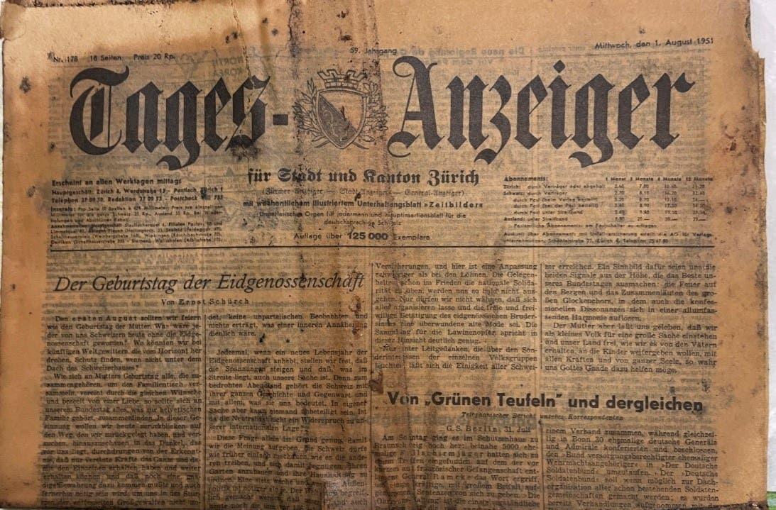 In der Schatulle befanden sich mehrere Wochen- und Tageszeitungen, die meisten davon auf den 1. August 1951 datiert. Darunter war etwa eine Ausgabe des «Tages-Anzeigers».