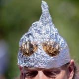 Er ist zum Symbol geworden für Coronaskeptiker: Ein «Aluhut» auf einem Demonstrationszug der Anti-Corona-Proteste. (Christoph Soeder / DPA)