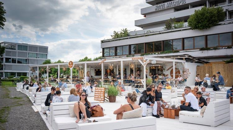 Die neue Arboner Strandbar «Veranda» zieht viel Publikum an. (Bild: Ralph Ribi)