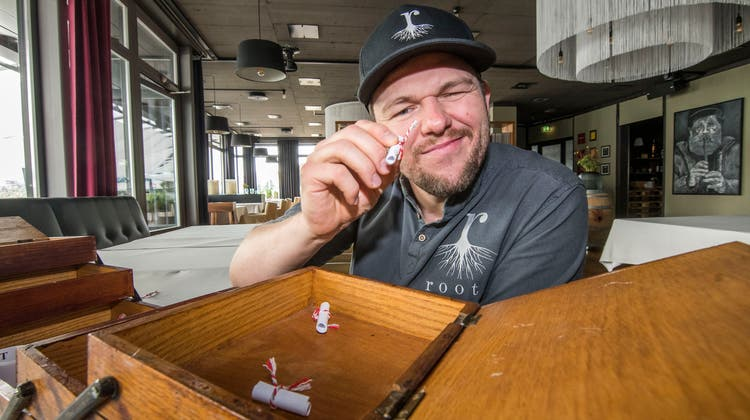 Schaut ganz genau hin: Pascal Steffen hat das Nähkästchen in seinem Restaurant Roots empfangen. (Nicole Nars-Zimmer)