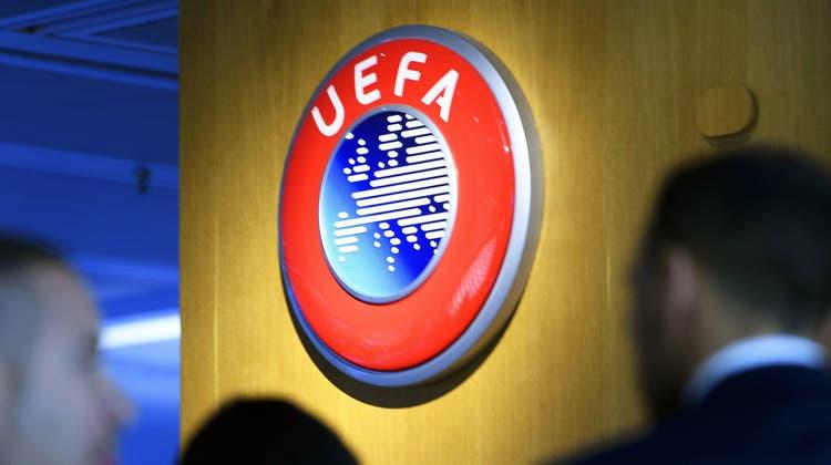 Die Uefa stellt zwei IT-Mitarbeiter frei. (Laurent Gillieron / EPA)