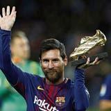 Lionel Messi präsentiert den Goldenen Schuh für den besten Torschützen aller grossen europäischen Ligen 2016/17. (Bild: Keystone)