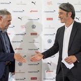 Murat Yakin (rechts) und Pierluigi Tami, Direktor der Schweizer Nati, beim Handschlag an der Medienkonferenz. (Alessandro Della Valle / KEYSTONE)