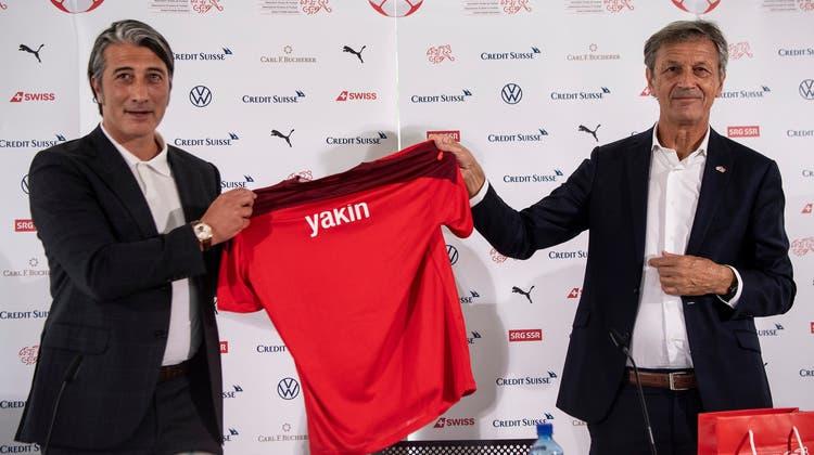 Sein grosser Moment: Murat Yakin wird als Nationaltrainer vorgestellt. (Urs Lindt / freshfocus)