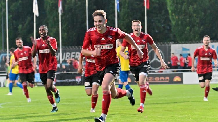 Spieler des FC Schönenwerd-Niedergösgen freuen sich über ein Tor im Aargauer Cupfinal gegen Frick in Wohlen. (Gerry Frei)