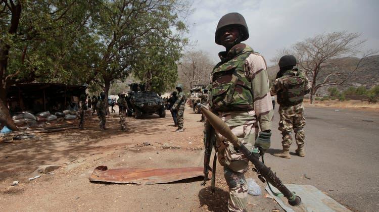 Soldaten der nigerianischen Armee kämpfen gegen Boko Haram und andere Entführer – sind aber häufig machtlos. (Lekan Oyekanmi / AP)