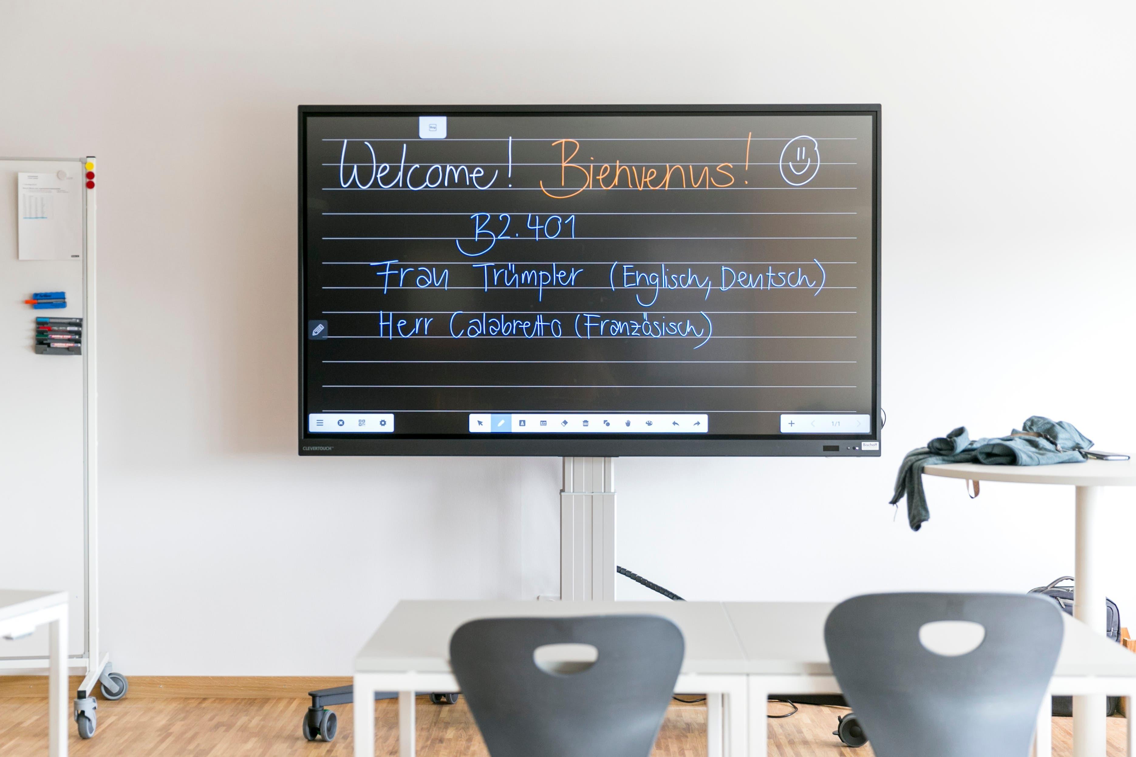 Statt einer Wandtafel stehen in den Schulzimmern des Neubaus «Burghalde 2» grosse Bildschirme.