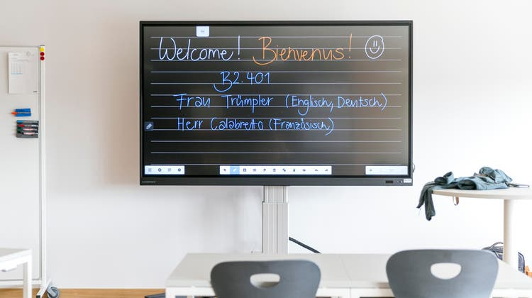 Statt einer Wandtafel stehen in den Schulzimmern des Neubaus «Burghalde 2» grosse Bildschirme. (Sandra Ardizzone)