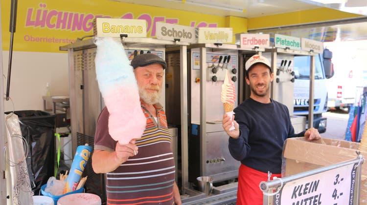 Manfred (l.) und Benjamin Lüchinger von «Lüchingers Soft-Ice» boten am Fricker Markt ihre süssen Waren feil. (Dennis Kalt/Aargauer Zeitung)