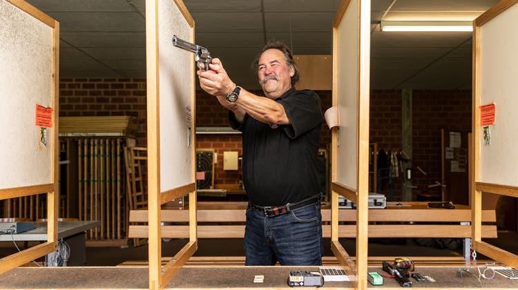 «Es geht um Gruppendenken, Selbstakzeptanz und darum, seinen Körper besser kennen zu lernen», sagt Remo Lüscher, Präsident der Pistolen-Schützen Dietikon. (Valentin Hehli)