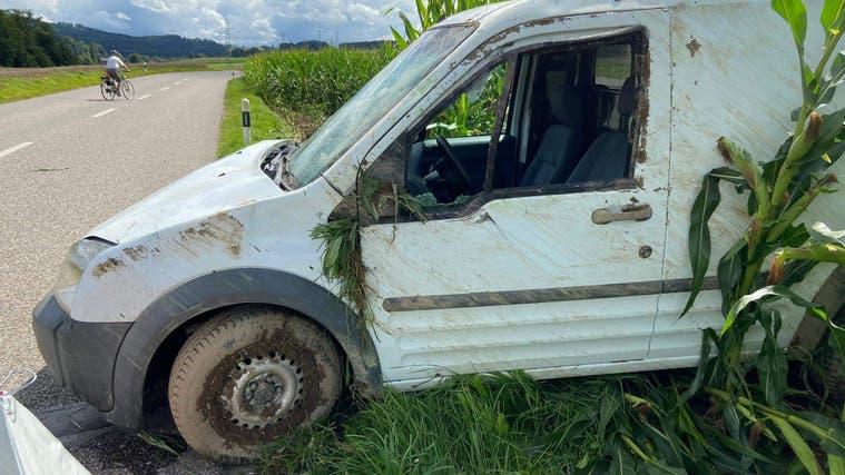 Das Auto des Verunfallten kommt im angrenzenden Maisfeld zum Stehen. (Kapo Aargau)