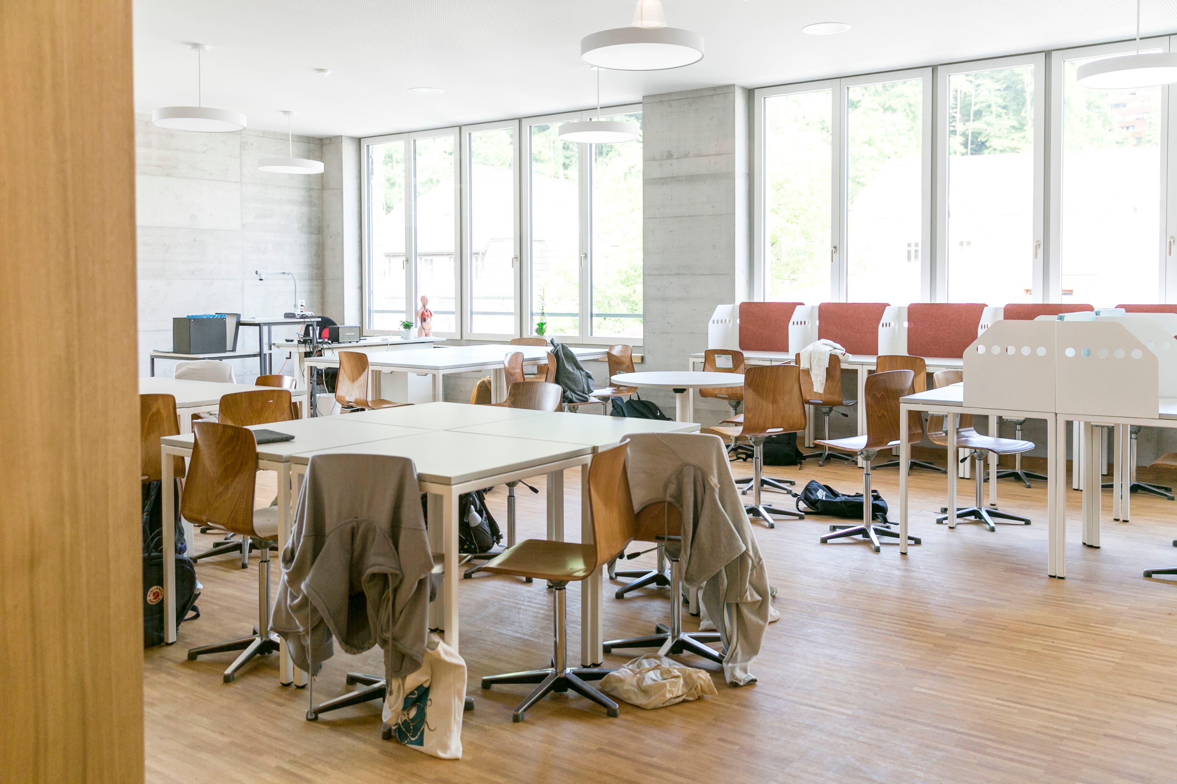 Einzelarbeitsplätze mit roten Filzmatten und Trennwänden können Schülerinnen und Schüler nach Belieben einrichten – und dort selbstständig arbeiten.