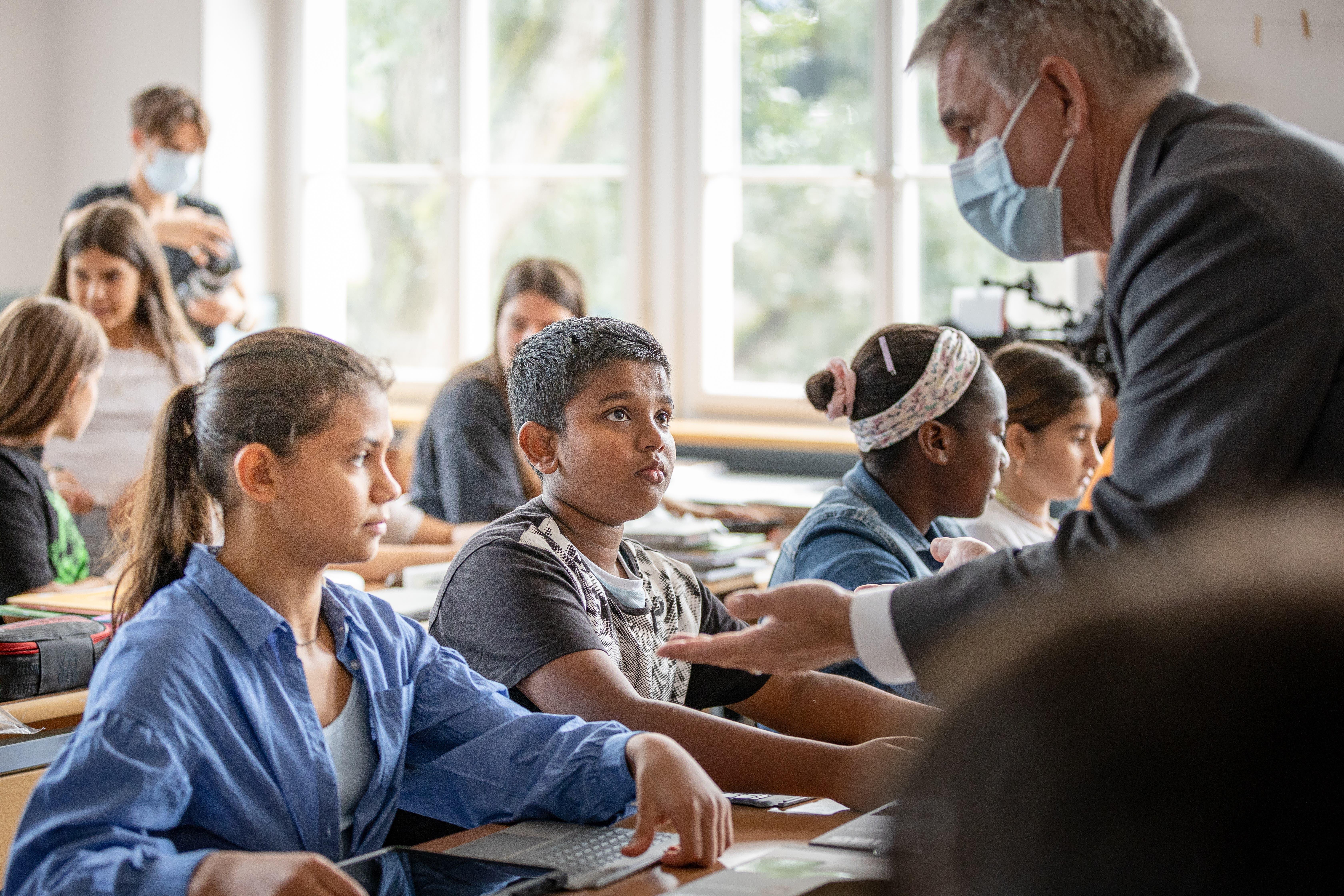 Bildungsdirektor Alex Hürzeler begrüsste in der Schule Neuenhof die sechste Klasse von Lehrer Sven Böhringer.