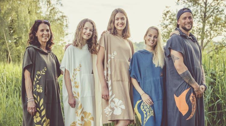 Melinda Hunziker (Zweite von links) und ihre Schwester Sarina (Mitte) präsentieren mit anderen Models den «Sponcho», den Denise Deubelbeiss mit entworfen hat. (zvg)