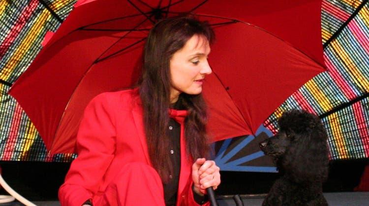 Corinna Rezniceksteht seit ihrer Jugend in der Zirkusmanege. Hier ist sie mit Pudel Serafin abgebildet. (zvg)