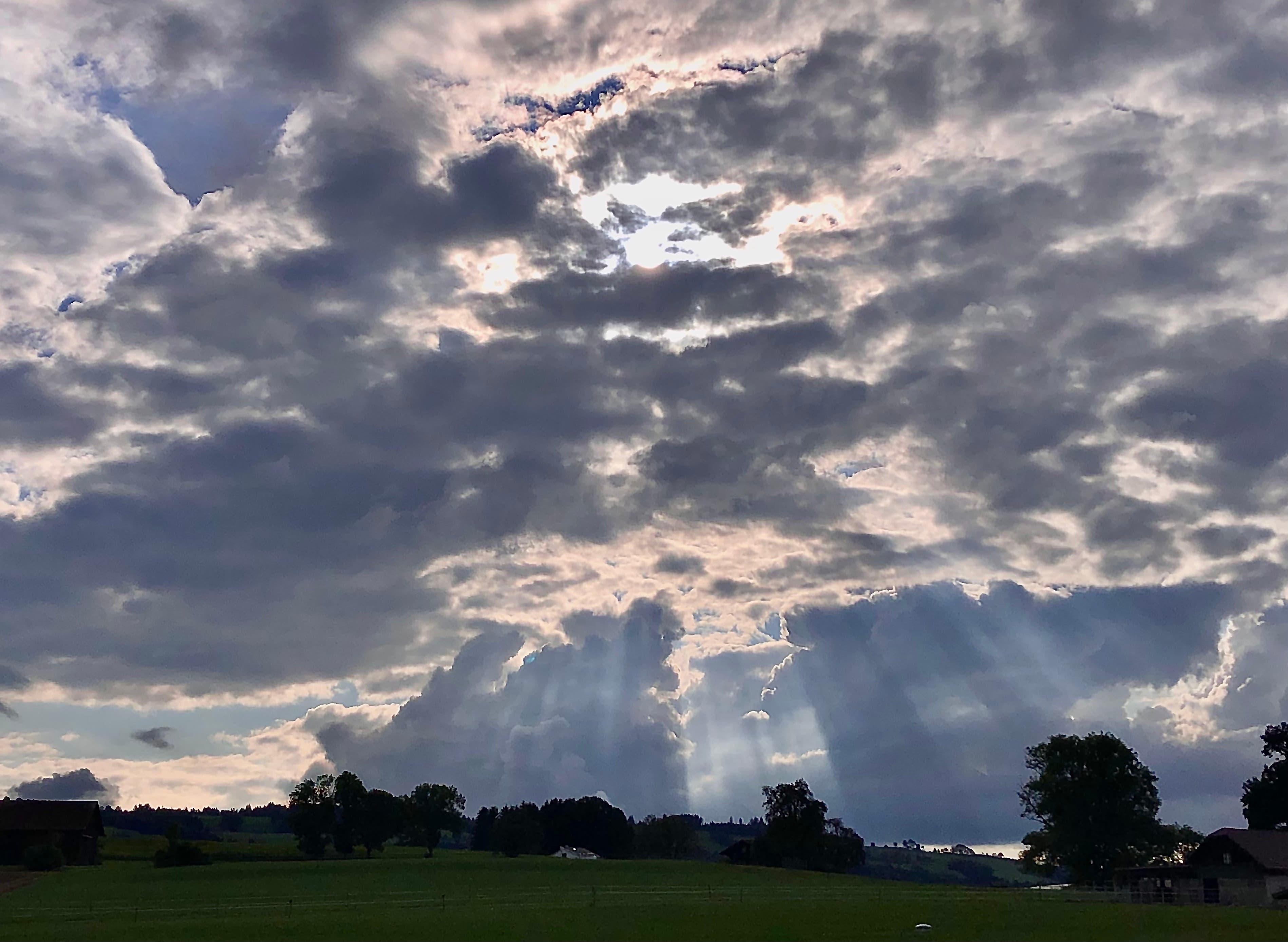 Einfach magisch, wie sich die Sonnenstrahlen hinter den Wolken durchdrängen.