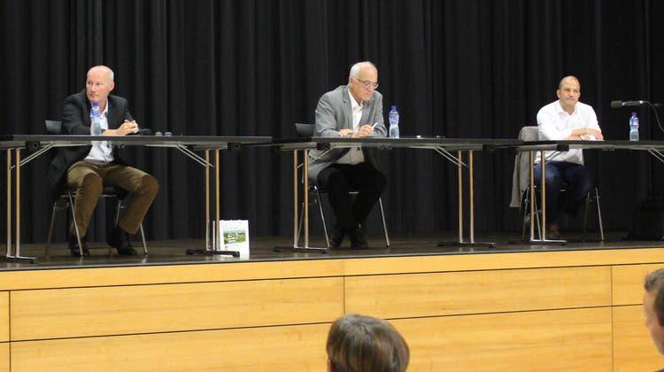 Das Podium mit den GemeinderatskandidatenAndreas Guhl, Marcel Gurtner, Marco Schaffner. Der Gesprächsleiter Christoph Toblersitzt an dem zweiten Tisch von rechts. (Bild:Manuela Olgiati)