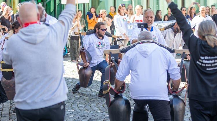 Die Freiheitstrychlerprotestieren auf dem Regierungsplatz in Aarau gegen die Maskenpflicht an den Aargauer Schulen. (Fabio Baranzini)