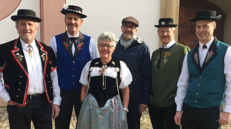 Vertreter der Trägerschaft des Jodlerfestes mit dem Bad Zurzacher Gemeindeammann Bernhard Scheuber(hinten Mitte) und OK-Präsident Kurt Schmid (2. von rechts). (zvg)