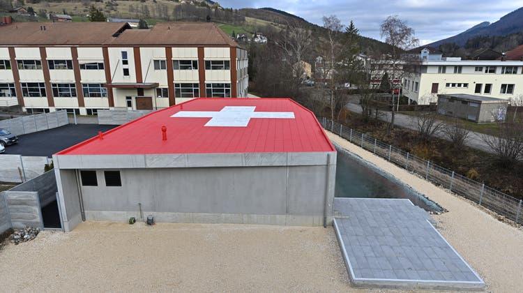 Das Schweizer Kreuz auf dem Dach von Stephan Sembinellis Haus in Welschenrohr darf bleiben. (Bruno Kissling/Archiv)