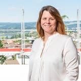 Claudia Hauser hoch über Döttingen auf einer Baustelle, die sie als Leiterin der Geschäftsstelle der Raiffeisenbank im Dorf betreute. (Sandra Ardizzone / BAD)