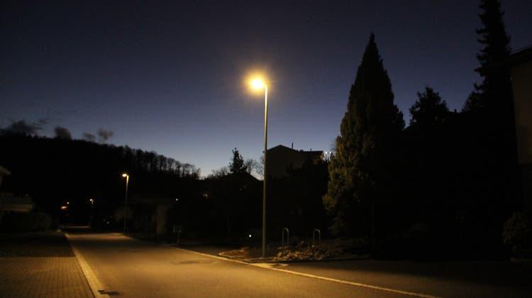 Die Strassenbeleuchtung in Langnau am Albis wird auch künftig um fünf Uhr eingeschaltet. (Claudia Meier / Aargauer Zeitung)