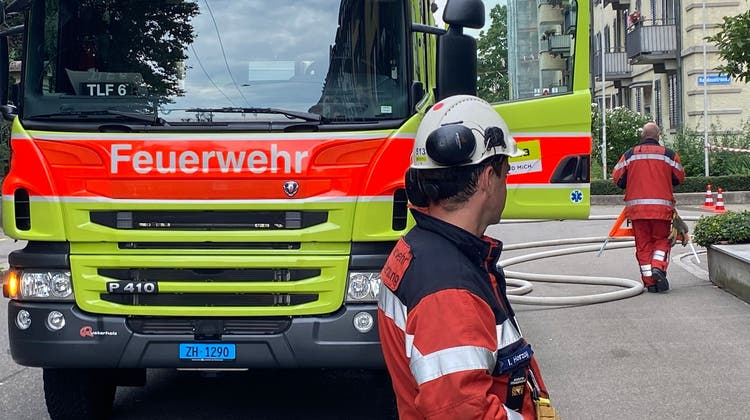 Die Feuerwehr versucht das Leck zu schliessen. (Schutz & Rettung ZH/Twitter)